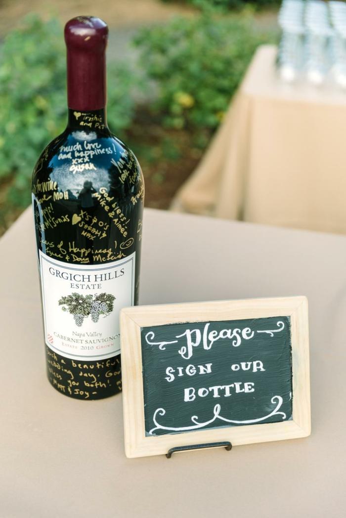Coole Alternative zum klassischen Gästebuch, Botschaften und Glückwünsche auf Weinflasche schreiben