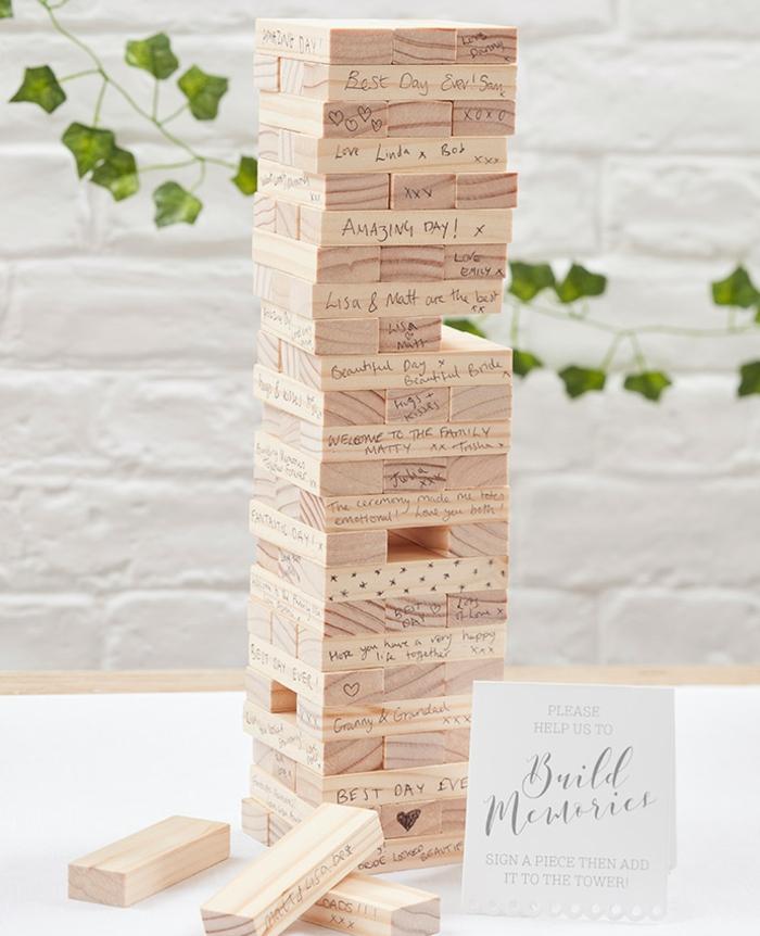 Tolle Idee für Hochzeitsgästebuch, Turm aus Holzstücken mit Botschaften und Glückwünschen