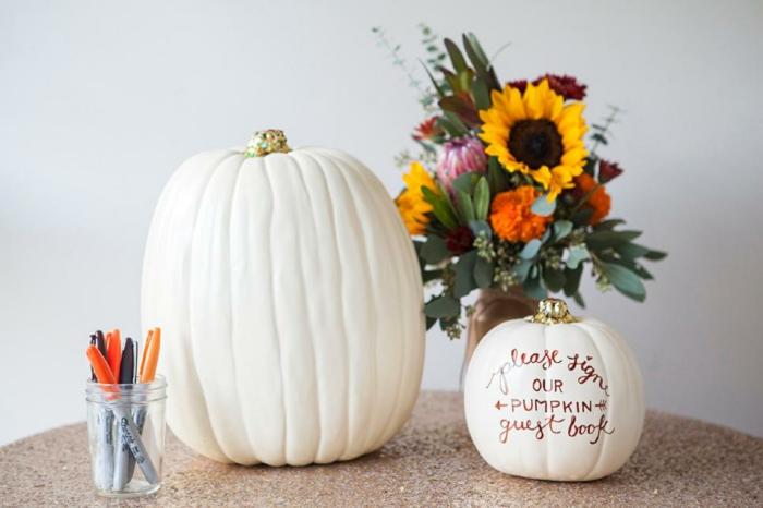 Anstatt in Gästebuch auf Kürbis etwas schreiben, Glückwünsche oder Botschaften von allen Hochzeitsgästen