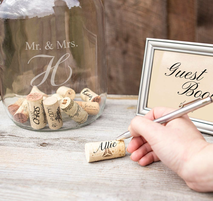 Tolle Idee für kreatives Hochzeitsgästebuch, den eigenen Namen auf Korken schreiben