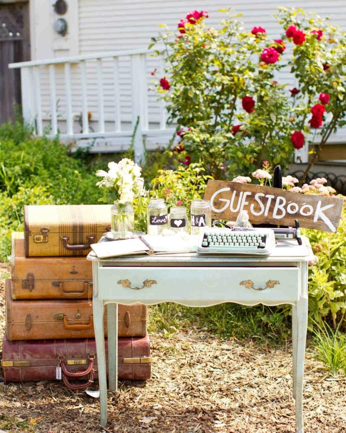Hochzeit in Vintage Stil, Holztisch mit Altersspuren und Schreibmaschine, altes Heft für Glückwünsche von den Hochzeitsgästen