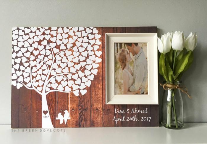 Weißer Baum mit herzförmigen Blättern und Foto des Ehepaars, Idee für Gästebuch, weißer Tulpenstrauss in Einmachglas