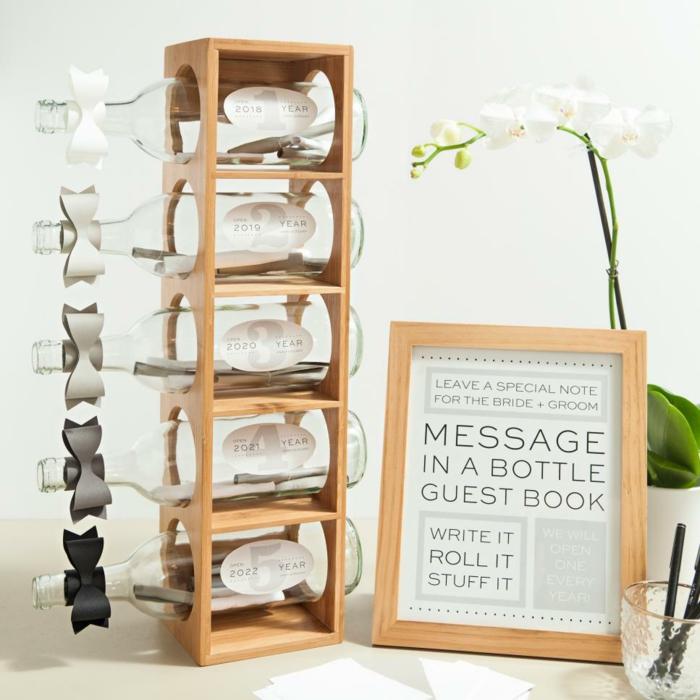 Glückwünsche oder Botschaften auf kleine Notizen schreiben und in Glasflaschen füllen, Idee für Hochzeitsgästebuch