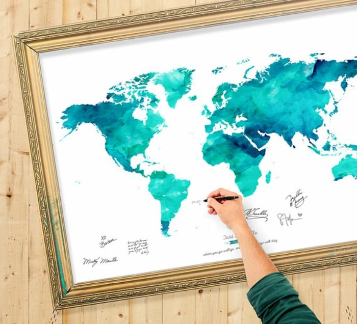 Schöne Idee für Hochzeitsgästebuch, auf Weltkarte den eigenen Namen oder Glückwunsch aufschreiben