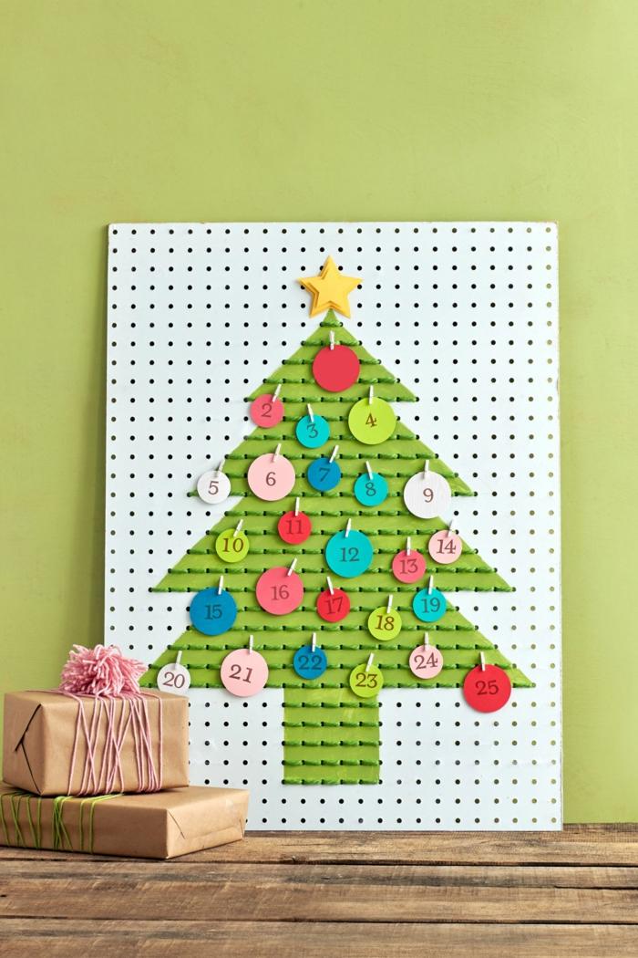 Adventskalender als Weihnachtsbaum, bunte Kreise aus Papier mit Daten, einfach selbstgemacht
