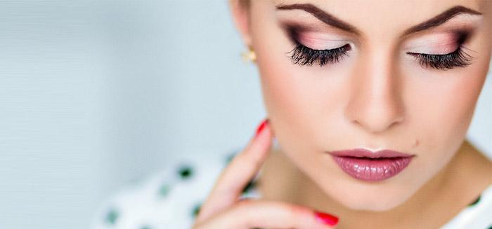 geschminkte augen, festliches make-up in rose-gold, dunkelrosa lippenstift