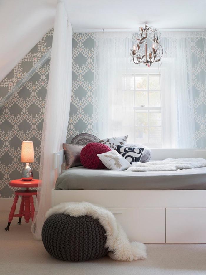 mädchen jugendzimmer weißes zimmerdesign ideen zum nachmachen deko bodenkissen und flauschiger pelzteppich darauf gemütlich zu hause