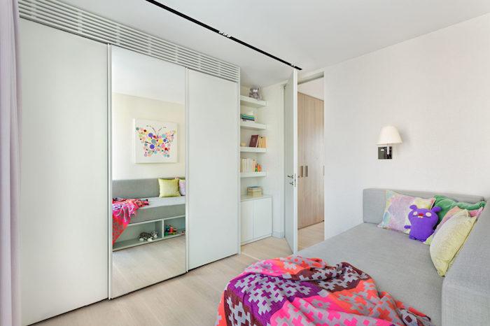 jugendzimmer gestalten weiß graues design großer spiegel bunte decke selbst gestrickt kissen deko ideen regale