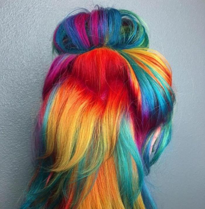 mittellanges Haar in Regenbogenfarben mit lockerem Halb-Dutt, mittellanges Haar mit Half Bun, Haare mit halbem Dutt, Duttfrisur für mittellanges Haar mit freifallenden Seitensträhnen