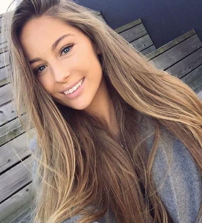 ein hübsches Mädchen mit langem glatten Haar lächelt - hellbraune Haare