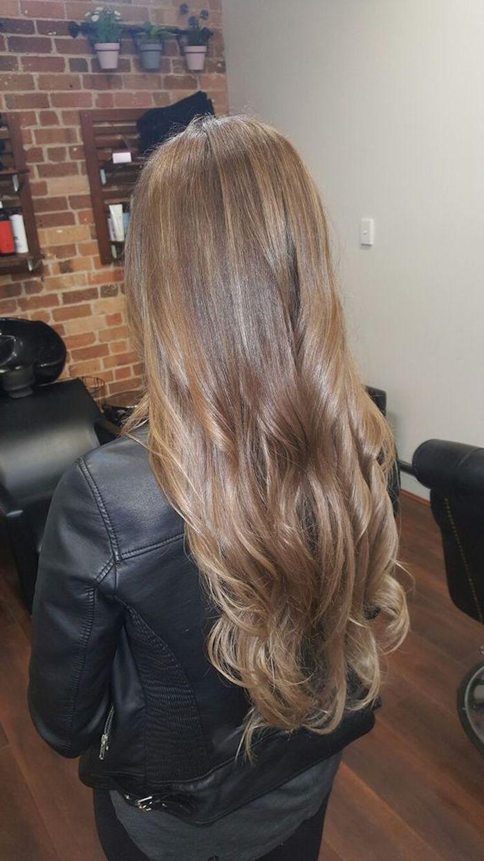 hellbraune Haare, langes Haar mit einer lässigen Frisur, Lederjacke und schwarze Bekleidung