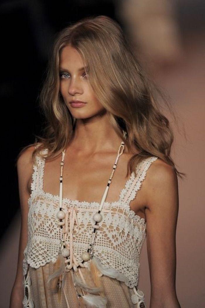 ein Bohemian Style Kleid und Frisur - Blondtöne, alles, was im Trend liegt