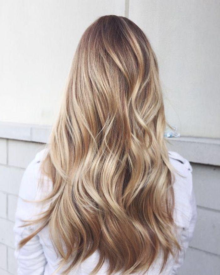 ein blondes Mädchen - verschiedene Blondtöne in einer lässigen Frisur