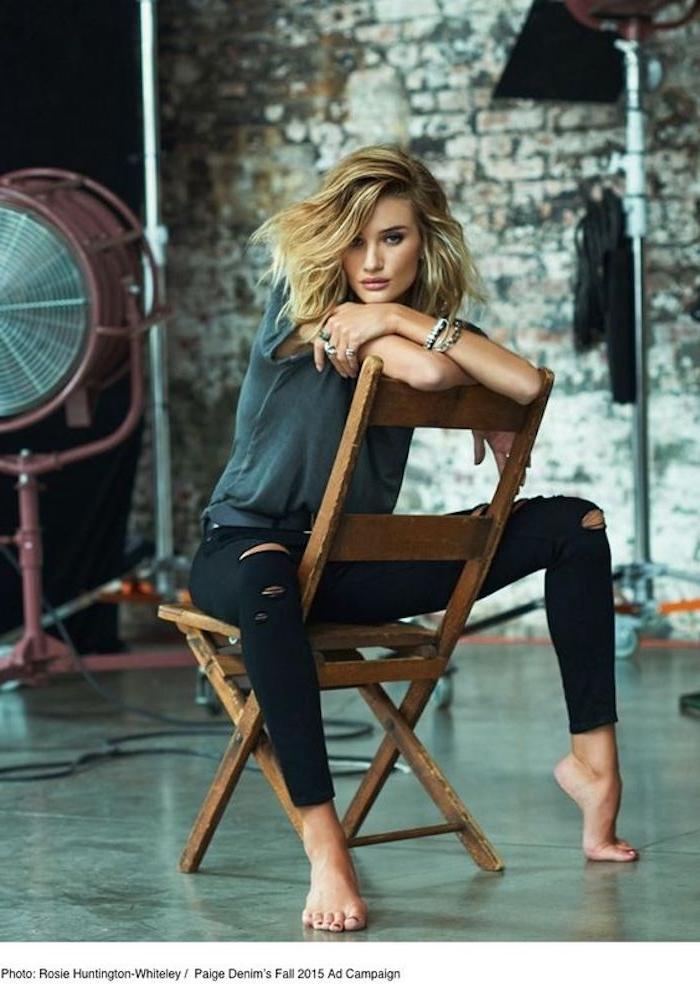 Blondtöne von einer Frau mit moderner Kleidung, die Frau sitzt auf einem Stuhl