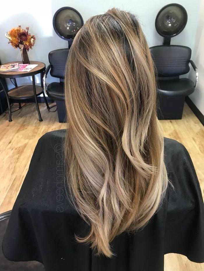 Blondtöne - ein langes glattes Haar nachdem es gestylt werden ist