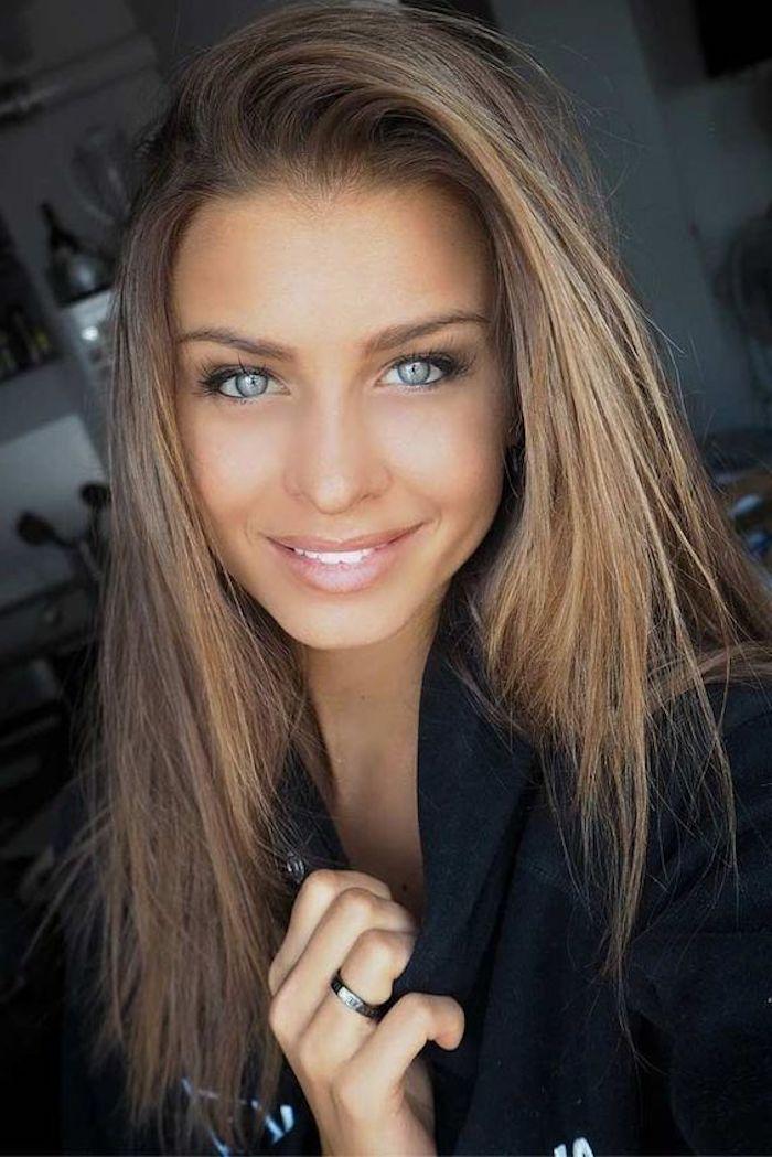 hellbraunes Haar von einem Mädchen mit strahlenden blauen Augen, ein roter Lippenstift