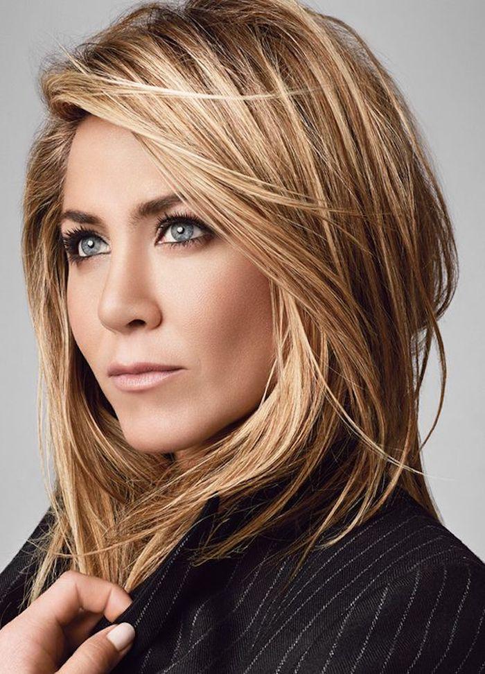 Blondtöne - Jennifer Aniston mit einem schulterlangen Haar und einer schwarzen Bluse