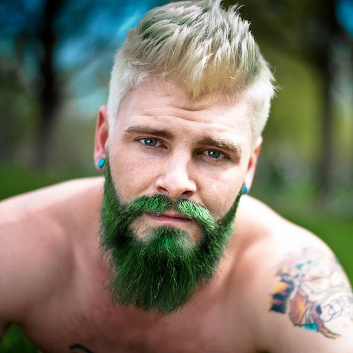 haare färben männer grüner bart blonder mann tattoo auf dem linken arm bunte tattoo idee