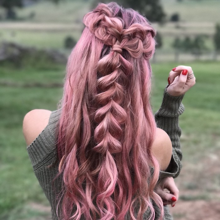 pastel haare mit hellrosa highlights, lässige flechtfrisur mit großem zopf