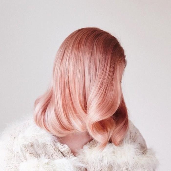pastel haare, frau mit retro firsur mit wellen, vintage frisur, rosa-goldene haare