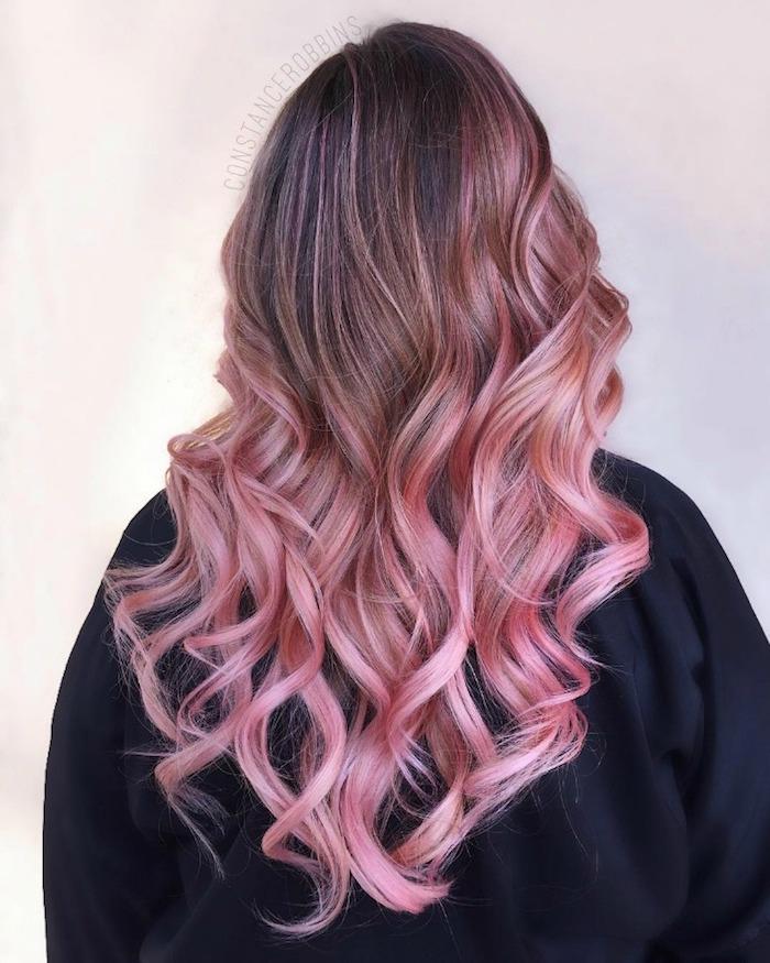 haare rosa tönen, braune haare mit rosa spitzen, rosa highlights