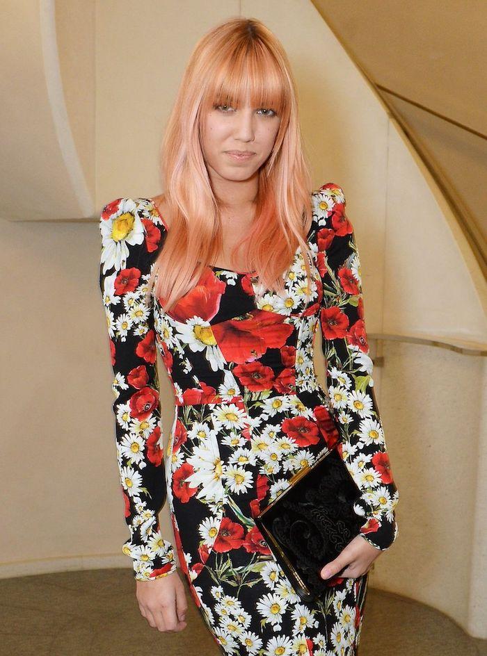pastell tönung, frau mit rosa-goldenen haaren und buntem kleid mit blumen muster