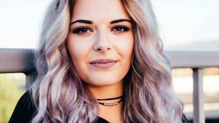 haarfarbe lila, frau mit lila-grauen haaren, frisur mit locken, trendige frisuren