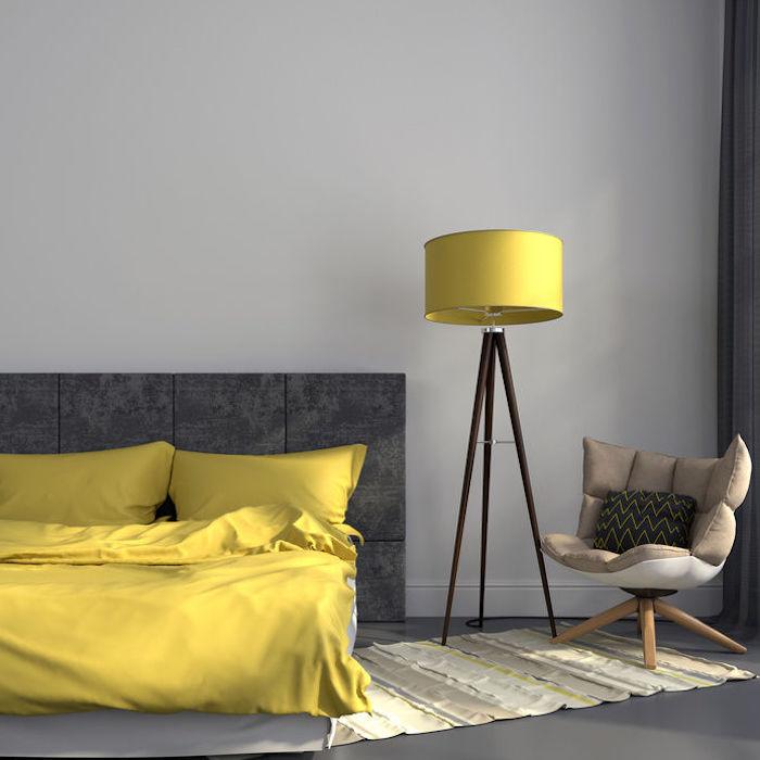 farbgestaltung im schlafzimmer graue wandfarbe gelbe bettdecke und lampe kontraste