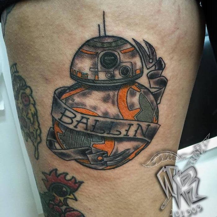 star wars tattoo ideas - ein tattoo mit einem roten vogel und einem großen orangen süßen star wars roboter