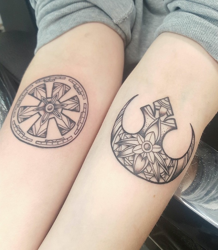 zwei h-nde mit star wars tattoos mit zwei stwa wars logos und kleinen blumen mit blättern