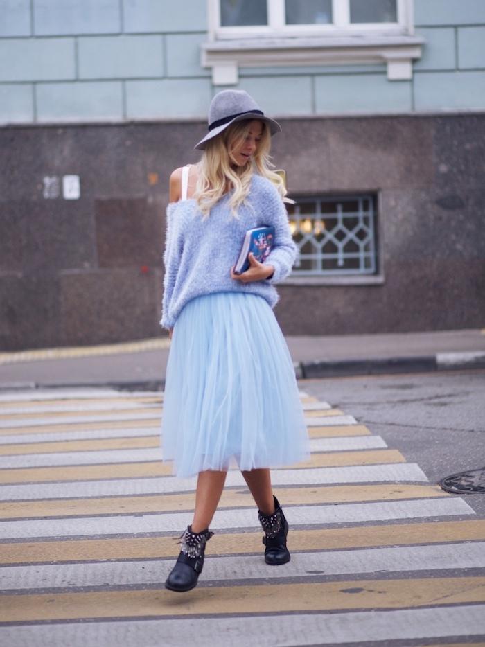 boho chic blaues outfit für den schönen herbsttagen schwarze stiefel hut tasche pulli rock foto