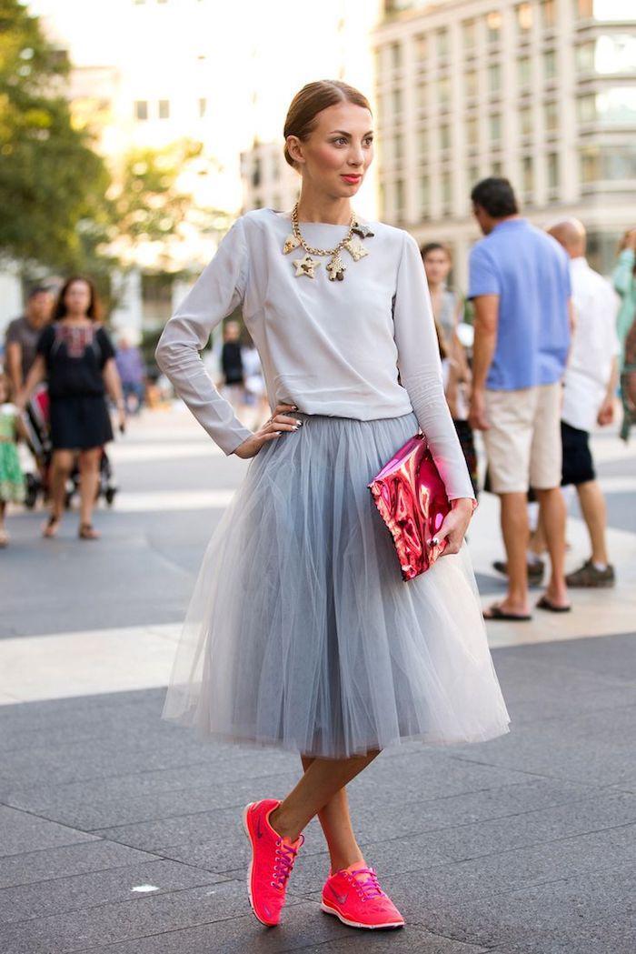 boho chic ideen graues outfit dezent aber kombiniert mit krassen accessoires neonfarbene tasche clutch und neon sneaker schuhe