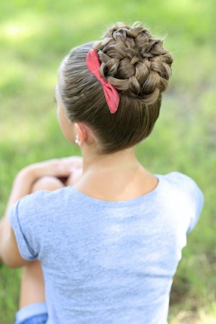 Schicke Dutt Frisur mit roter Schleife, Hochsteckfrisur für lange Haare zum Nachstylen, Frisuren für besondere Anlässe