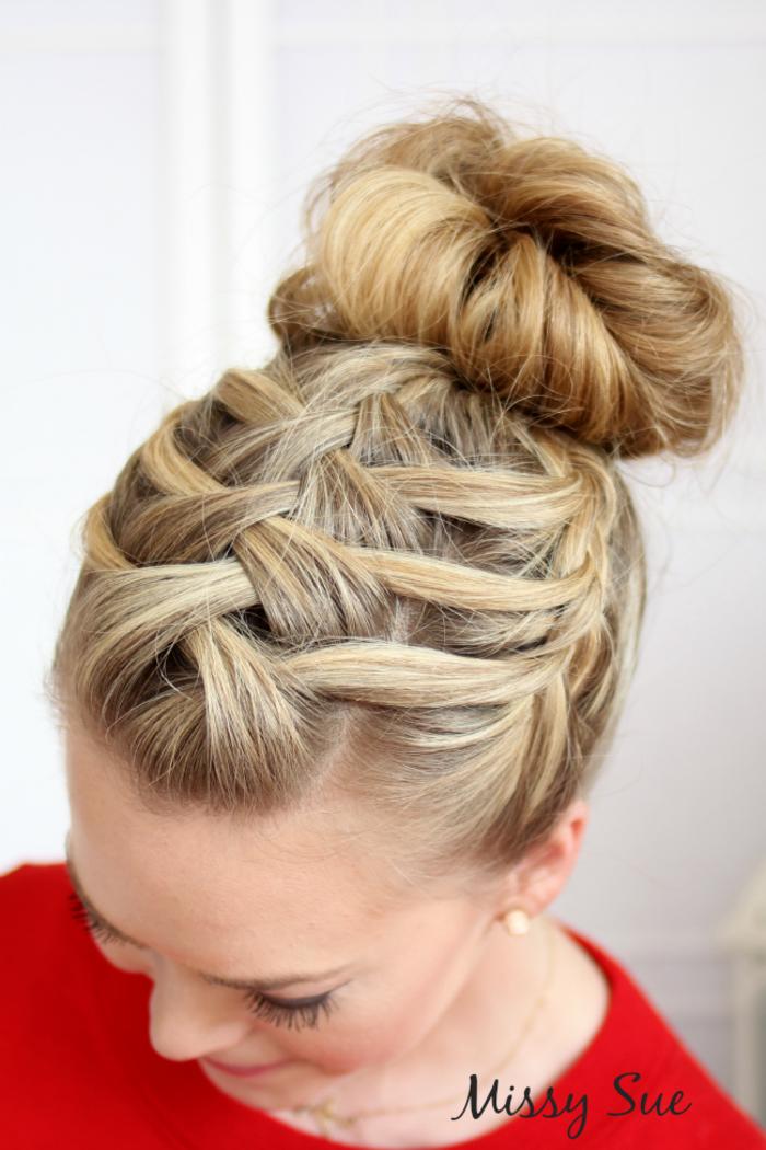 Coole Flechtfrisur für langes Haar, Dutt einfach und schnell selber machen, dunkelblonde Haare