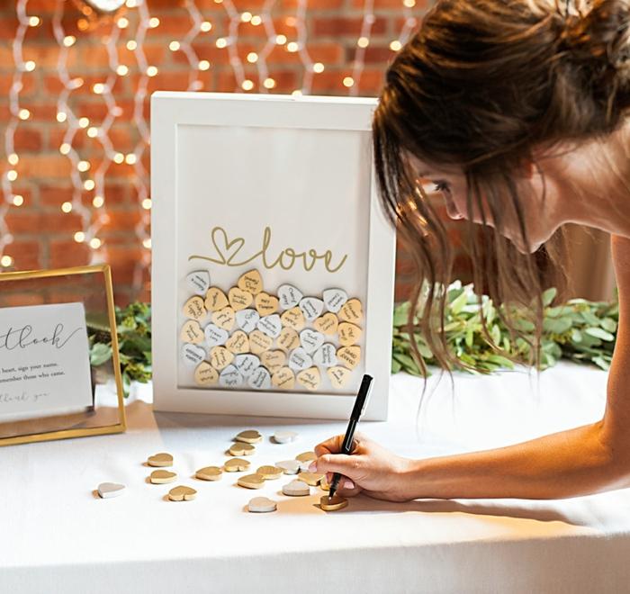 Etwas Romantisches oder Lustiges auf kleines Holzherz schreiben und dem Ehepaar schenken, Idee für Hochzeitsgästebuch