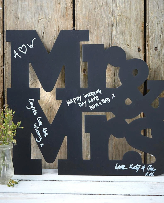 Schöne Idee für Gästebuch, auf große schwarze Buchstaben etwas schreiben oder zeichnen
