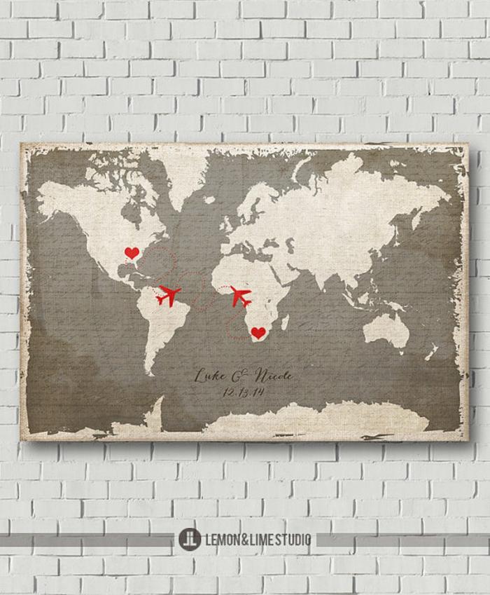 Idee für Hochzeitsgästebuch, auf Weltkarte den eigenen Namen oder einen Spruch aufschreiben
