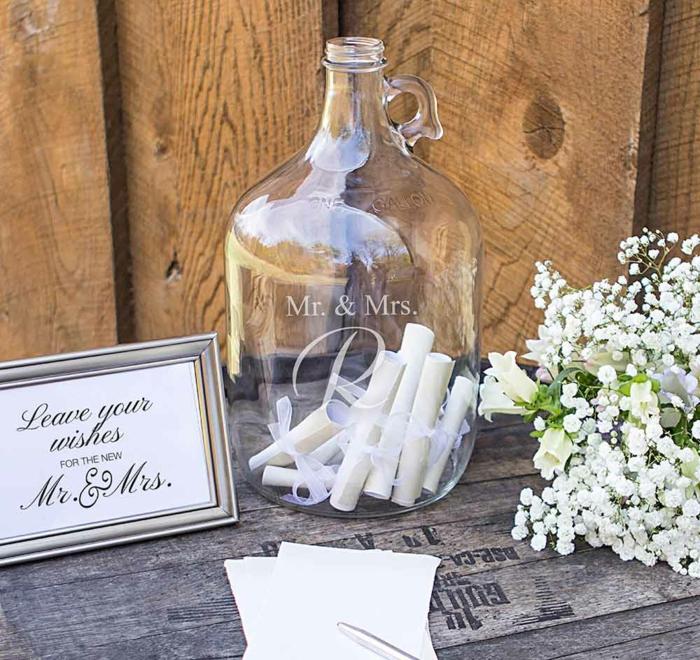 Glückwünsche oder Botschaften auf kleine Notizen aufschreiben und einrollen, in Glasflasche füllen, Idee für Hochzeitsgästebuch