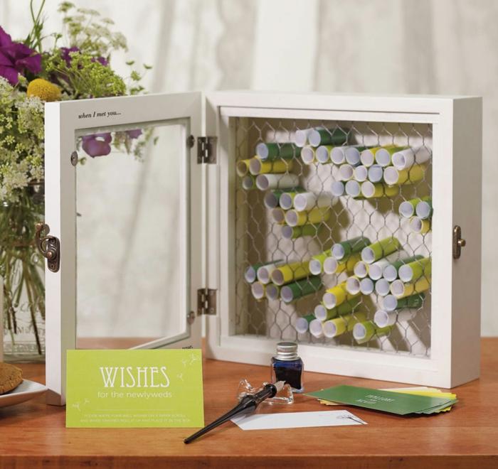 Idee für Hochzeitsgästebuch, kleine Notizen einrollen und in Holzbox füllen, Glückwünsche und Sprüche für das Ehepaar