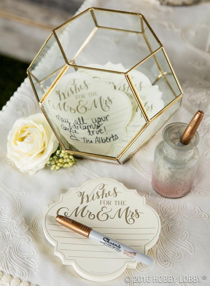 Schöne Idee für Hochzeitsgästebuch, Botschaften oder Glückwünsche auf kleine Notizen schreiben und in Glasbox füllen, weiße Rose