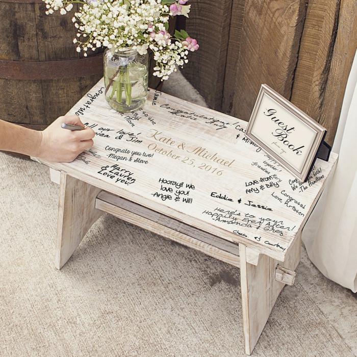 Coole Alternative zum klassischen Hochzeitsgästebuch, Glückwünsche und Hochzeitssprüche auf Holztisch aufschreiben