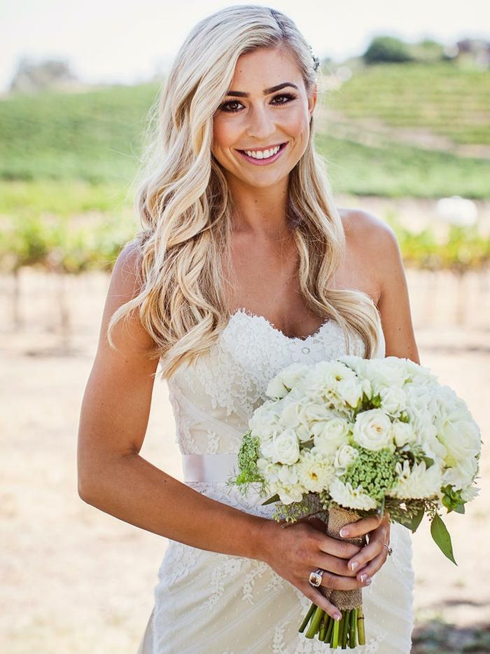 Schnelle Brautfrisur zum Nachstylen, seitlich gesteckt, trägerloses Brautkleid mit Spitzenelementen, weißer Rosenstrauß