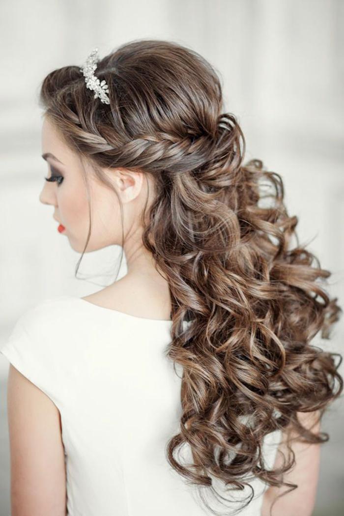 Elegante Brautfrisur zum Nachstylen, wellige Haare, silbernes Diadem mit Kristallen, Smokey Eyes und knallrote Lippen