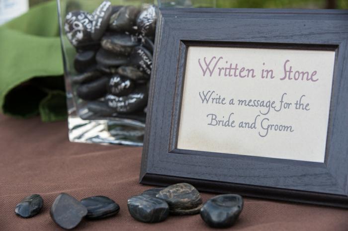 Auf schwarze Steinchen etwas schreiben oder zeichnen, coole Idee für Hochzeitsgästebuch
