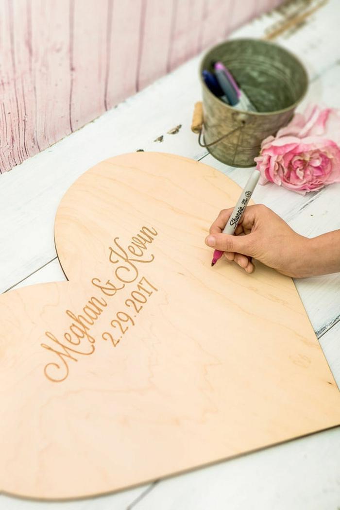 Idee für Hochzeitsgästebuch, riesiges Herz aus Holz mit Datum und den Namen der Braut und des Bräutigams