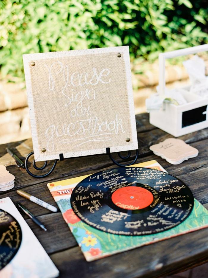Coole Alternative zum klassischen Hochzeitsgästebuch, auf Platte etwas schreiben, goldene Aufschriften