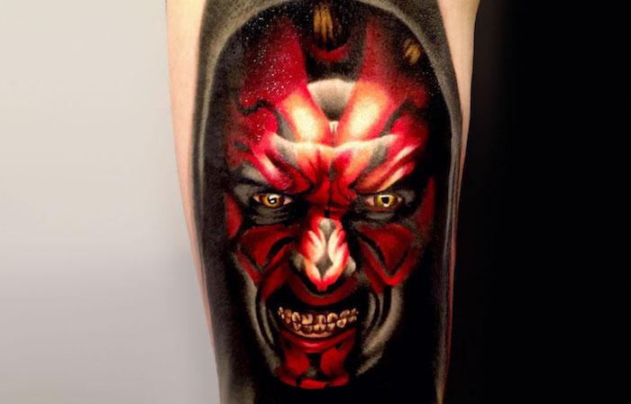 eine hand mit einem großen tattoo mit einem roten star wars monster mit gelben augen - star wars tattoo ideas