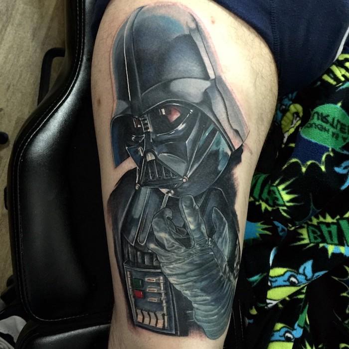 ein bein mit einem großen schwarzen star wars tattoo mit einem schwafrzen darth vader mit roten augen