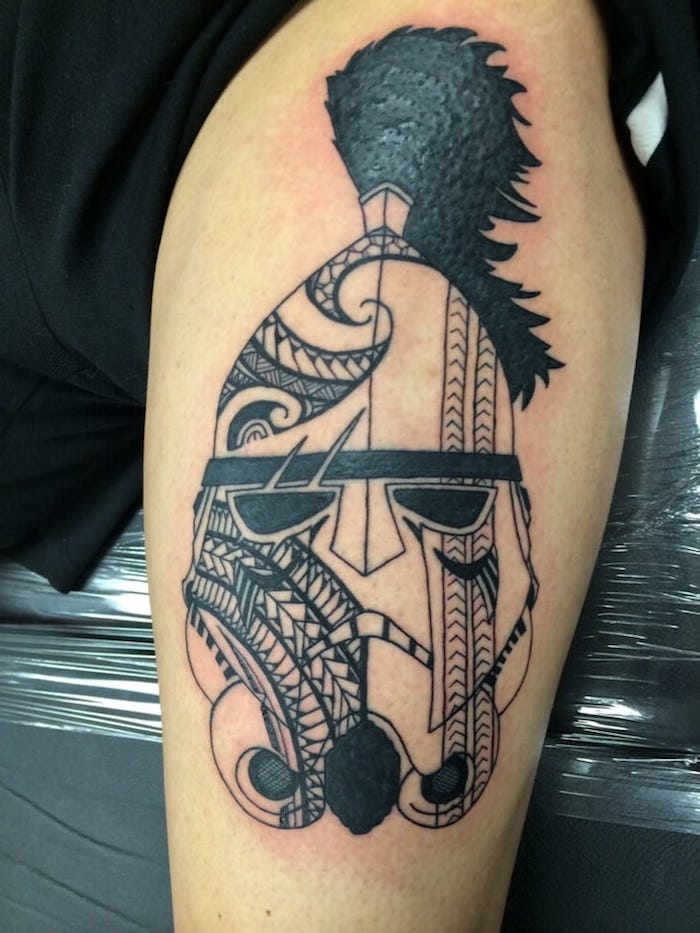 ein großer tattoo mit einem großen weißen klone mit schwarzen augen - idee für einen star wars tattoo