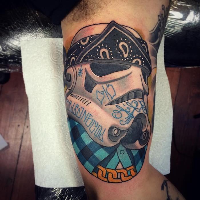 eine hand mit einem großen farbigen star wars tattoo mit einem weißen klone mit einem blauen hemd